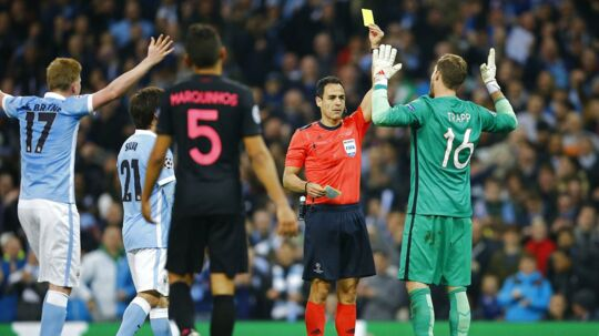 Betingelserne skal gøres sværere for Europas allerrigeste klubber, mener Uefa-præsident Aleksander Ceferin. Billedet her er fra en Champions League-kamp mellem to af de allerrigeste klubber, Manchester City (blå trøjer) og Paris Saint-Germain.