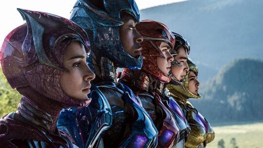 Kimberly (Pink Ranger), Billy (Blue Ranger), Jason (Red Ranger), Zack (Black Ranger) og Trini (Yellow Ranger) er tilbage i en opdateret filmudgave. Foto: Nordisk Film
