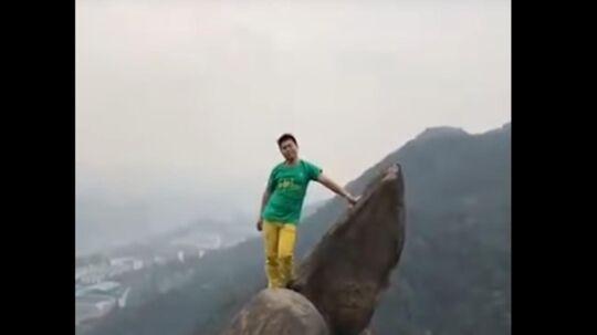 Kinesisk mand var ved at miste livet, da han ville kravle op på klippetop.
