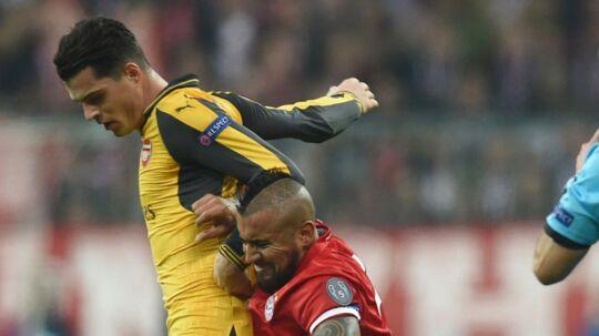 Granit Xhaka i duel med Arturo Vidal i en af de to 1-5 nederlag til Bayern München