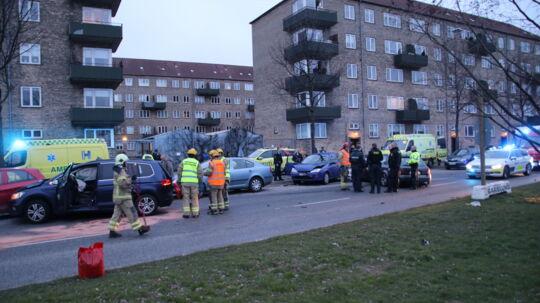 Her ses flere af de smadrede biler.
