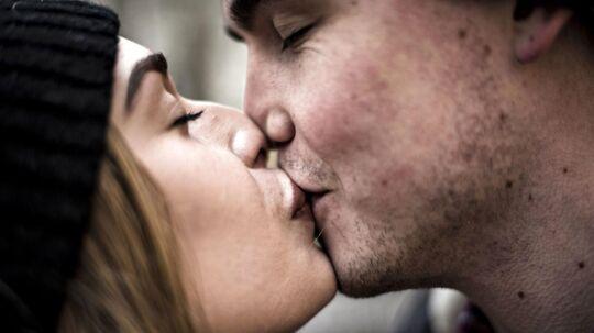 Ifølge amerikansk undersøgelse har attraktive mennesker tendens til at have kortere parforhold end andre. På billedet: Kærestepar, der kysser. (Foto: Ida Guldbæk Arentsen/Scanpix 2017)