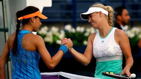 Carolina Wozniacki og Sorana Cirstea siger tak for kampen efter kvartfinalen ved WTA-turneringen Dubai Duty Free Tennis Championships i Dubai i 2014. Den kamp vandt danskeren 6-1, 6-2.