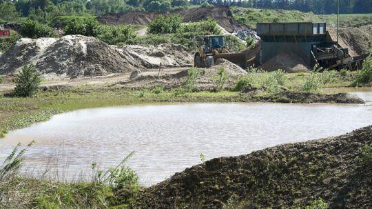 Et ægtepar fra Kaldred på i Nordvestsjælland er blevet mangemillionærer efter at have solgt deres landejendom til et firma, der vil grave grus på stedet. Her ses en anden grusgrav, nemlig Vandel Grusgrav. Arkivfoto.
