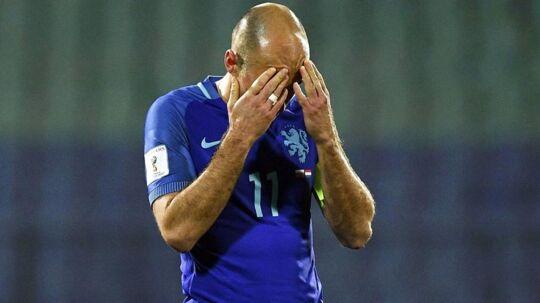 Arjen Robben tager sig til hovedet - og det er med god grund.