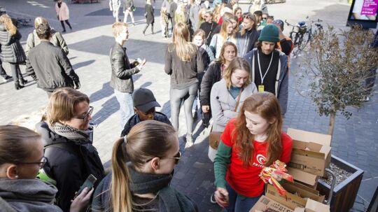 Søndag delte Frisko gratis is ud ved 7-Eleven i hele Danmark for at fejre, vi nu har sommertid.