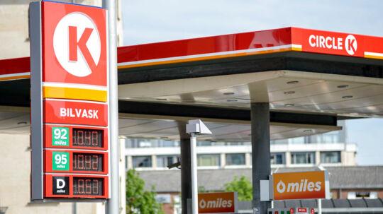 Flere benzinselskaber har sænket listepriserne - men besparelsen er knap nok til at mærke i det samlede regnskab.