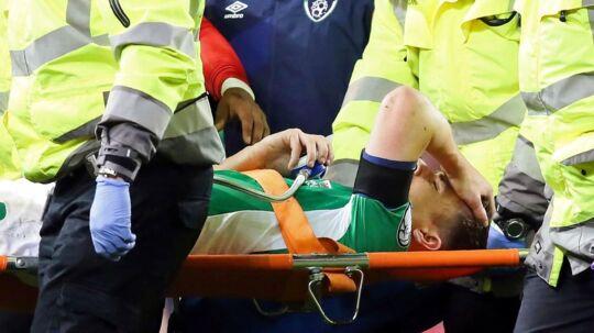 Seamus Coleman bliver båret ud.