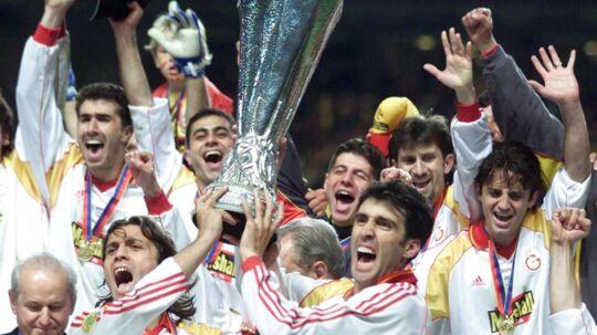 Så stor var triumfen i 2000 i Parken. Her var Hakan Sükür (th. med pokalen) med til at vinde UEFA Cup-finalen over Arsenal. Senere vandt hodet også over Real Madrid i den europæiske Super Cup.
