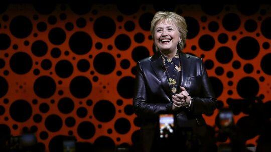 Hillary Clinton i højt humør på scenen ved konferencen i San Francisco.