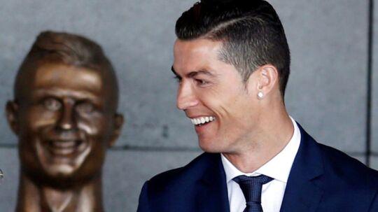 Cristiano Ronaldo og bysten i baggrunden.