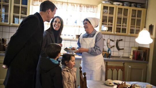 Prins Joachim og prinsesse Marie erklærede, at de er store fan af Matador, da de sammen med prins Henrik og prinsesse Athena torsdag kiggede forbi Lauras køkken. Foto: Ida Guldbæk Arentsen/Scanpix 2017