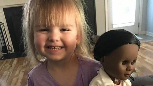 Sophia Brenner med sin dukke.