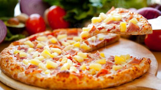 Debatten om den ananasfyldte pizza har raset de seneste måneder. Men nu afslutter kendiskokken Gordon Ramsay debatten en gang for alle.