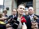 Beskæftigelsesminister Mette Frederiksen taler med den ventende