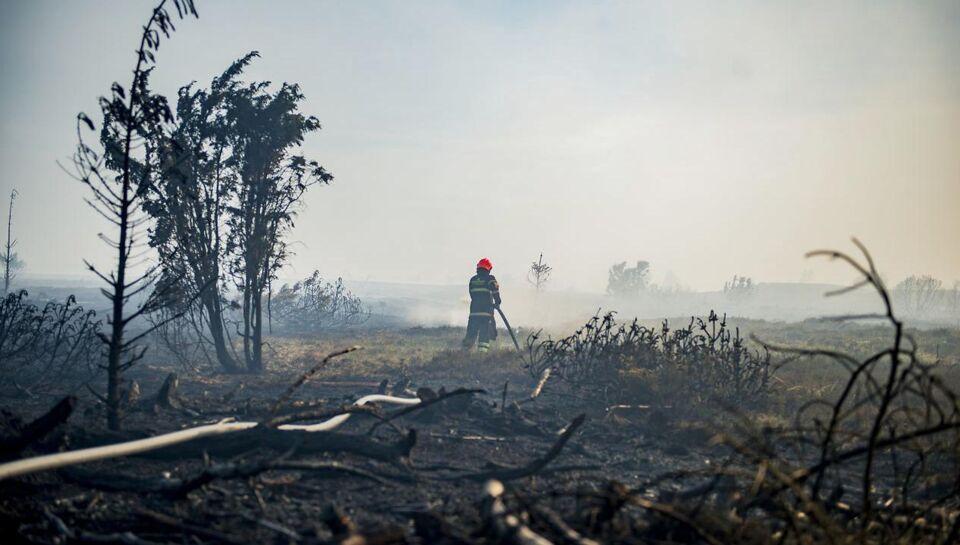 Fredag aften er der stadig ild i et kæmpe hedeområde