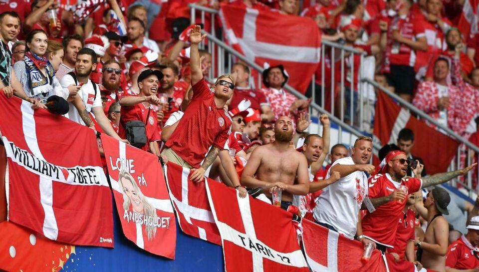 Flyvende ølkrus, overtrædelser af Fifa-protokoller og et banner med et