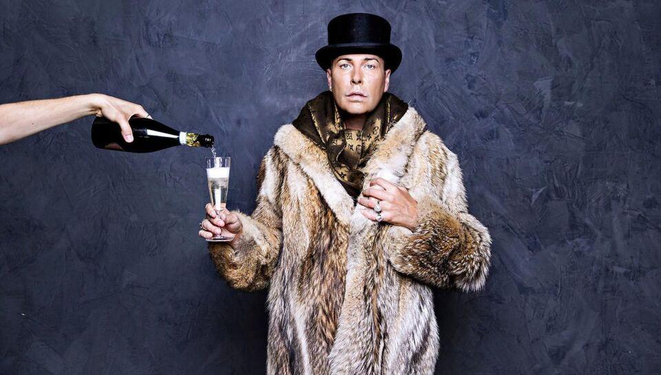 39-årige Jesper Lindbjerg kalder sig selv Diamantdronningen. Han er overklasse