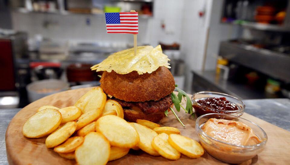 Salg af specielle burgere, kager, champagne og salami har givet