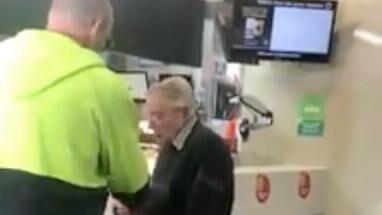Australieren Dave betaler en ældre mands mad og giver ham