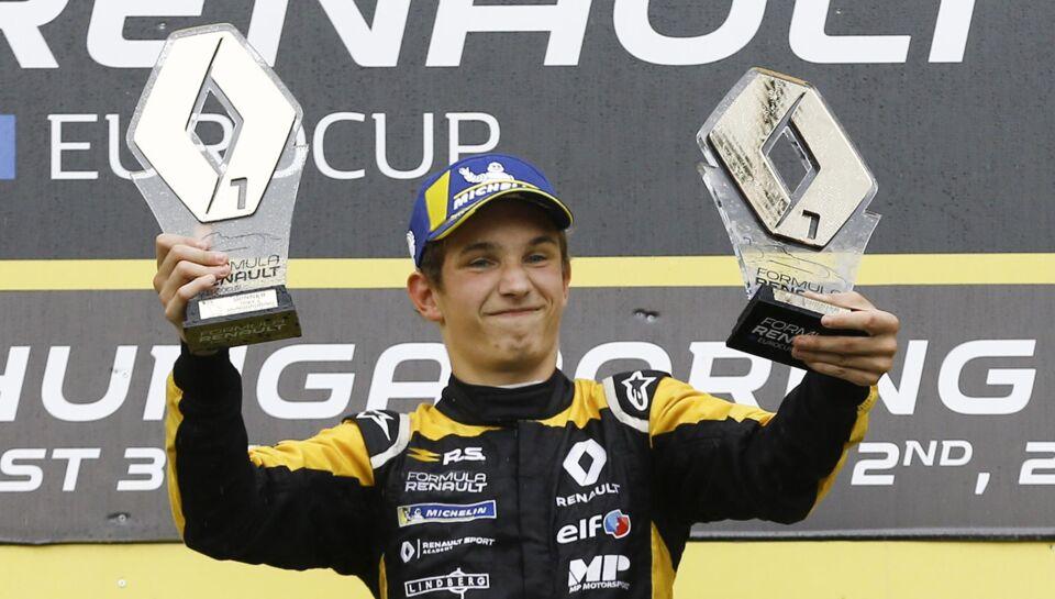 Ung dansker hygger og chatter med Formel 1-stjernerne