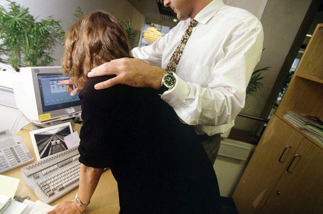 Piger plages: Kolleger vil se trusser og bryster | BT